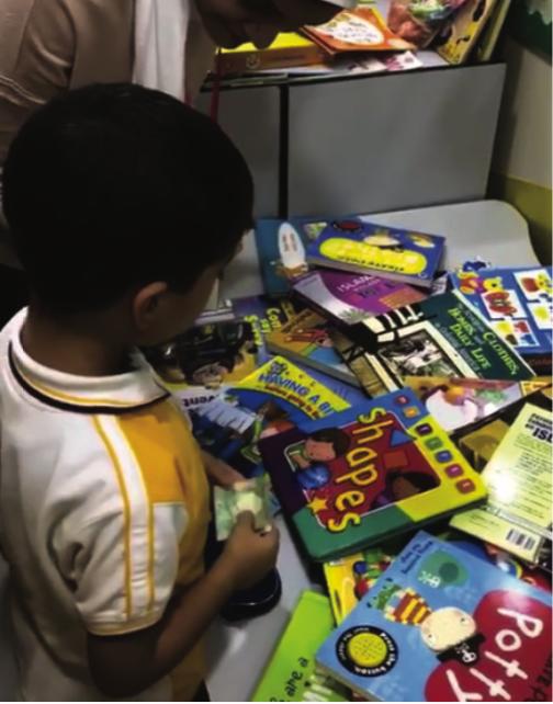 طلاب الروضة يبيعون ألعابهم لجمع الأموال للأعمال الخيرية