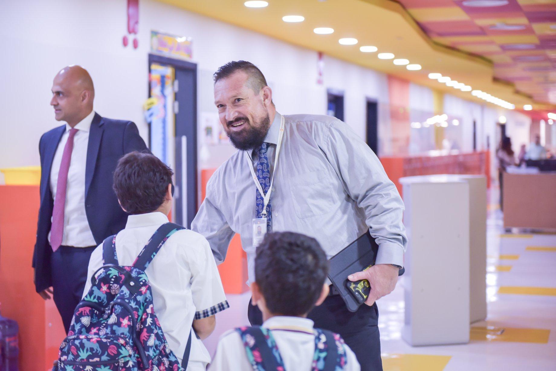 يرحب طاقم التدريس في نكست جينيريشن بالطلاب في اليوم الأول من المدرسة